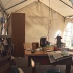 Vorbereitungen. Das Zelt muss morgen früh leer geräumt sein
